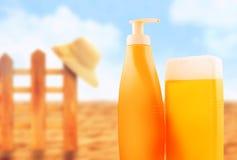 Bouteilles de lotion de bronzage sur Sunny Beach Photographie stock libre de droits