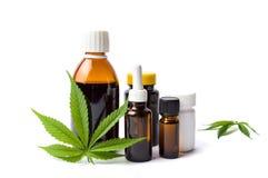 Bouteilles de marijuana et de pétrole de cannabis d'isolement photographie stock libre de droits