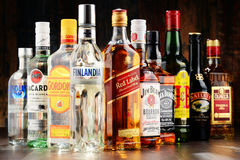 Bouteilles de marques assorties de boisson alcoolisée dure Image stock