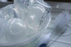 Bouteilles de mlik de bébé de nettoyage Photo libre de droits