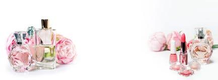 Bouteilles de parfum avec des fleurs sur le fond clair Parfumerie, cosmétiques, collection de parfum L'espace libre pour le texte Photo stock