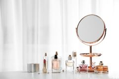 Bouteilles de parfum sur la table photos stock