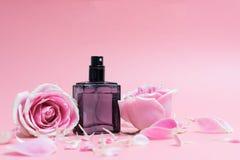 Bouteilles de parfum sur le fond rose photographie stock libre de droits