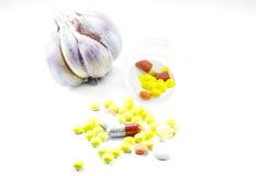 Bouteilles de pilule impétueuses avec l'ail Images libres de droits