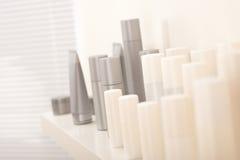 Bouteilles de produits de beauté de soin de cheveu et de fuselage Images libres de droits
