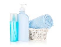Bouteilles de produits de beauté et essuie-main bleu Photos stock