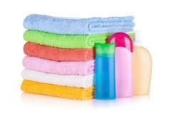 Bouteilles de produits de beauté et essuie-main colorés Photographie stock