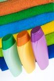 Bouteilles de serviettes éponge de shampooing et de couleur Images stock
