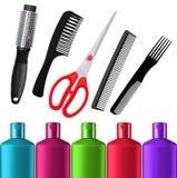Bouteilles de shampooing, ciseaux rouges et peignes d'isolement sur le blanc Image libre de droits