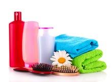 Bouteilles de shampooing et balai de cheveu Photographie stock