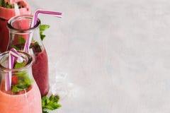 Bouteilles de smoothie sur le fond blanc Photographie stock