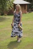 Bouteilles de transport de vin et à bière de femme dans des sacs en papier Photographie stock