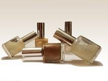Bouteilles de vernis à ongles placées sur un fond blanc montrant des ombres Image stock