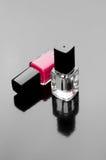 Bouteilles de vernis à ongles sur le noir Image stock
