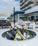 Bouteilles de vin à un restaurant Photographie stock libre de droits