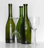 Bouteilles de vin avec des verres Photos stock