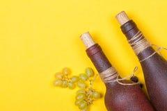 Bouteilles de vin blanc avec des raisins Image libre de droits