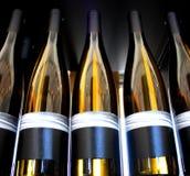 Bouteilles de vin contre éclairées Photo libre de droits