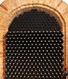 Bouteilles de vin dans la cave. images libres de droits