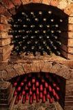 Bouteilles de vin dans la cave images libres de droits