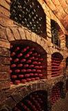 Bouteilles de vin dans la cave image stock