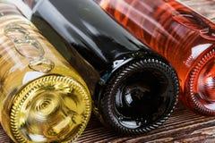 Bouteilles de vin de différentes sortes Photographie stock libre de droits