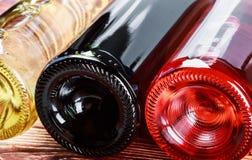 Bouteilles de vin de différentes sortes Images stock