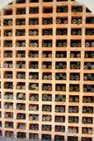 Bouteilles de vin de vintage empilées dans la cave photos stock
