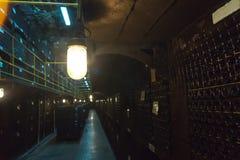 Bouteilles de vin disposées dans les rangées photo stock