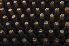 Bouteilles de vin empilées dans la vieille cave Photo stock