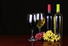 Bouteilles de vin et verres de vin au-dessus de noir Photo libre de droits