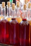 Bouteilles de vin fait à la maison image stock