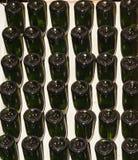 Bouteilles de vin mousseux, inversées et empilées dans une cave d'établissement vinicole images stock