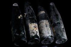 Bouteilles de vin de Murfatlar très vieilles, vue en gros plan d'isolement Photographie stock libre de droits