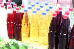 Bouteilles de vin rouge et blanc Photos stock