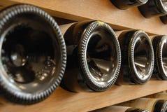 Bouteilles de vin rouge stock?es dans une cave photographie stock libre de droits