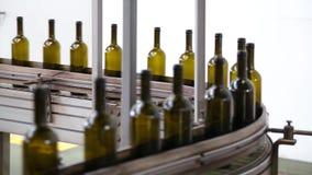 Bouteilles de vin se déplaçant le long d'une bande de conveyeur clips vidéos