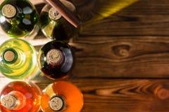 Bouteilles de vin se tenant sur le fond en bois photos stock