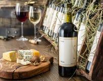 Bouteilles de vin sur l'étagère en bois Image stock