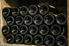 Bouteilles de vin sur l'étagère en bois dans le magasin du marché ou de vin photo stock