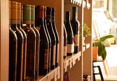 Bouteilles de vin sur l'?tag?re en bois photographie stock
