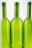 Bouteilles de vin vertes vides d'isolement sur le blanc Image stock