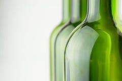 Bouteilles de vin vertes vides sur le blanc Images stock