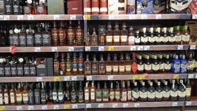Bouteilles de whiskey dans une rangée Photo libre de droits