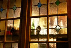 Bouteilles derrière le verre souillé d'or image libre de droits