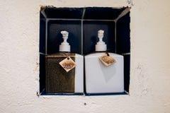Bouteilles en céramique de savon et de shampooing Images libres de droits