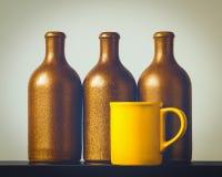 Bouteilles en céramique et une tasse Image libre de droits