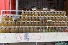 Bouteilles en plastique avec du carburant sur la station-service cambodgienne photographie stock