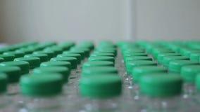Bouteilles en plastique avec le plan rapproché vert de couvercles banque de vidéos