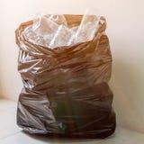 Bouteilles en plastique dans les sacs de déchets noirs attendant pour être pris pour réutiliser Image stock